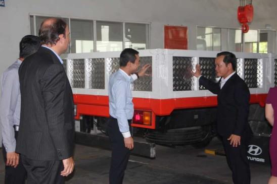 Dai dien Volvo tham dai ly UD Viet Nhat, Bien Hoa, Dong Nai